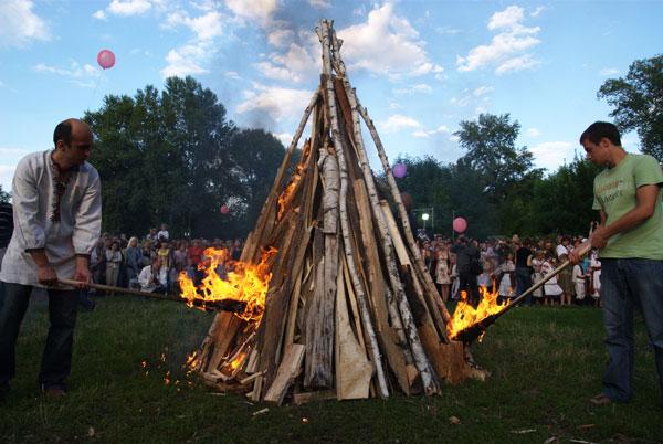 Разжигание купальского огня. Фото: Владимир Бородин/The Epoch Times