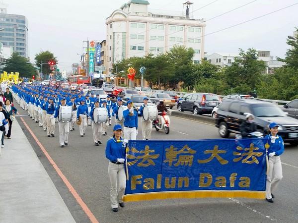 Колонна «Небесного оркестра» последователей Фалуньгун. Тайвань. 21 ноября 2009 год. Фото: The Epoch Times