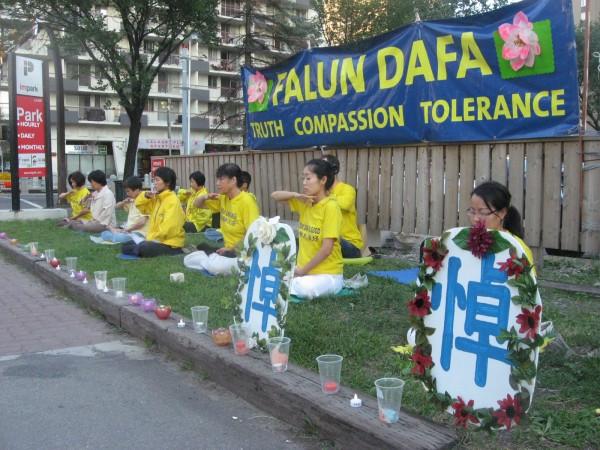 Келгері, Канада. Практикувальники виконують вправу медитації в день вшанування пам'яті загиблих послідовників Фалунь Дафа, 2013 рік. Фото: Велика Епоха