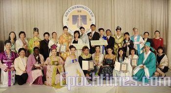 Победители: Авторы со своими работами на закрытии конкурса модельеров костюма династии Хань, организованного телевидением NTD, в зале Принца Джорджа на Манхэттене, 19 октября. Фото: The Epoch Times