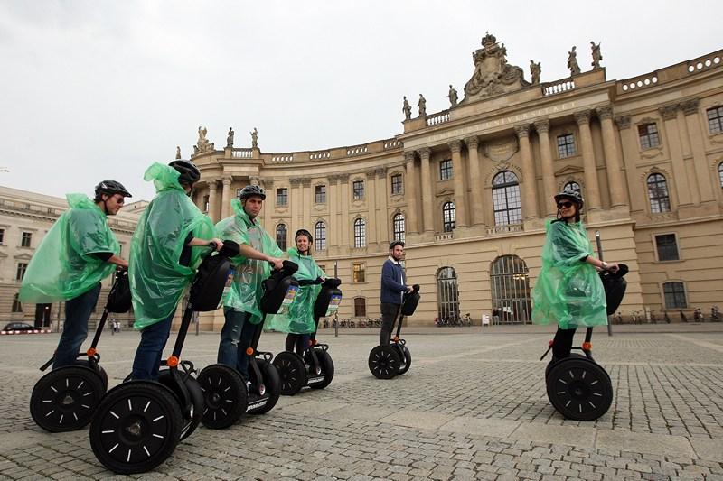 Берлін, Німеччина, 29 травня. Накидки від дощу не завадять туристам. За прогнозом, літо в Європі очікується мокрим і прохолодним. Фото: Adam Berry/Getty Images