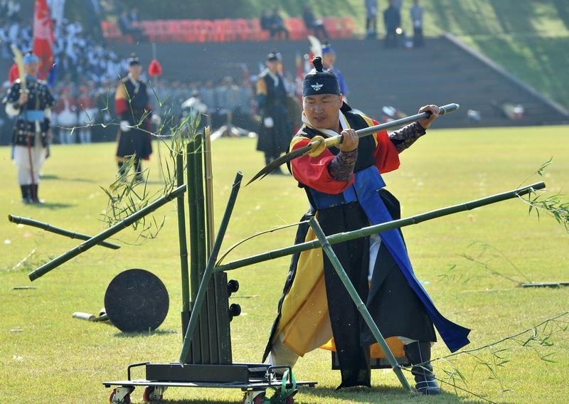Сеул, Южная Корея, 25 сентября. Военнослужащий в традиционной форме демонстрирует навыки боевого искусства на праздновании 64-й годовщины армии страны. Фото: JUNG YEON-JE/AFP/GettyImages
