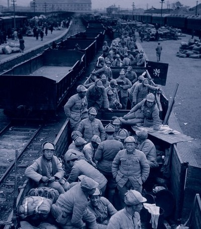 Солдаты в открытых грузовых вагонах ожидают отправления поезда. Район Букоу города Нанкина. Ноябрь 1948 год. Фото с aboluowang.com