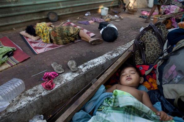 Семья спит на улице. Несмотря на стремительное экономическое развитие Камбоджи, примерно 40% населения страдает от бедности, причиной которой является терроризм и коррупция. Пномпень, Камбоджа, 6 февраля 2010. Фото: Paula Bronstein/Getty Images