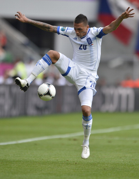 Греческий защитник Хосе Холебас останавливает мяч в матче Греции и Чехии 12 июня 2012 года, Польша. Фото: FABRICE COFFRINI/AFP/Getty Images