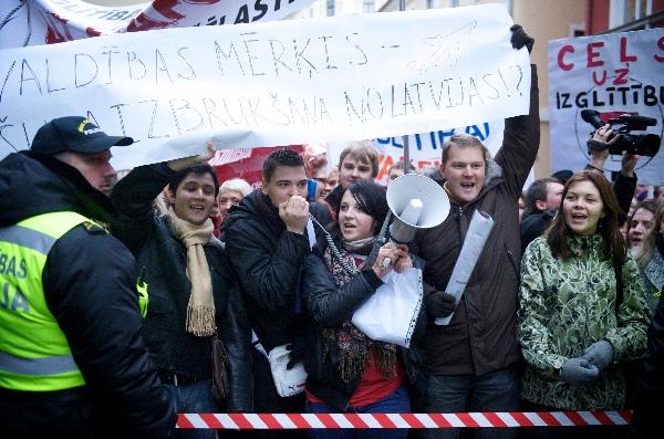 1 грудня 2009 року, Рига. В 11.00 відбувся марш Латвійського об'єднання студентів та Латвійської профспілки працівників освіти і науки. Частиною акції стали близько 5000 студентів, незгодні зі зменшенням фінансування вищих навчальних закладів. У свою черг