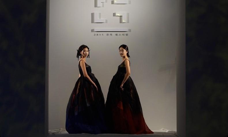 Традиційний корейський костюм ханбок на Hanbok Fashion Show. Фото: Chung Sung-Jun/Getty Images