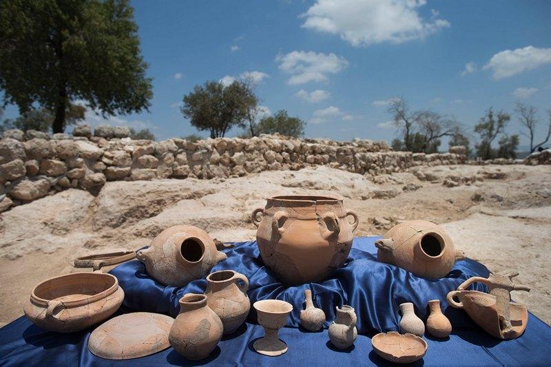 Хирбет Кейафа, Израиль, 18 июля. Археологи представили на обозрение керамику, обнаруженную при раскопках руин укреплённого комплекса. Этот комплекс, по мнению учёных, является дворцом царя Давида. Фото: Uriel Sinai/Getty Images