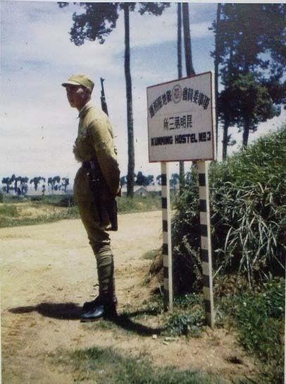 Солдат охороняє вхід на територію гуртожитку американських військових у місті Куньмін. Провінція Юньнань в 1945 році