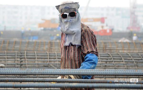 Cварщик. Город Тяньцзинь. август 2011 год. Фото: news.ifeng.com