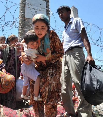 Біженці з Киргизії поки залишаються без їжі, води та даху над головою. Фото: VICTOR DRACHEV / AFP / Getty Images