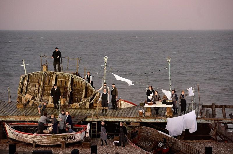 Олдборо, Англія, 17 червня. Прямо на березі моря актори виконують оперу Бенджаміна Бріттена «Пітер Граймс», яка оповідає про життя в рибальському містечку. Фото: Bethany Clarke/Getty Images