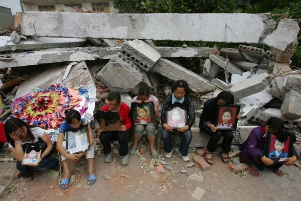 Родители, скорбящие по своим детям. Фото: Andrew Wong/Getty Images