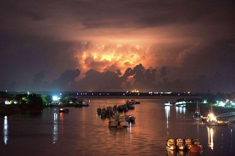 Мьянма, 13 мая. Молнии приближающейся бури освещают реку Янгон. Фото: Ye Aung Thu/AFP/Getty Images