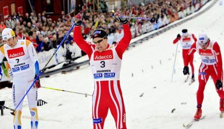 У чоловічій гонці перемогу отримав господар змагань норвежець Берре Несс (Boerre Naess), що зумів випередити шведа Матса Ларссона і свого товариша по норвезькій команді Тронда Іверсена (Trond Iversen). Фото: DANIEL SANNUM-LAUTEN/AFP/Getty Images