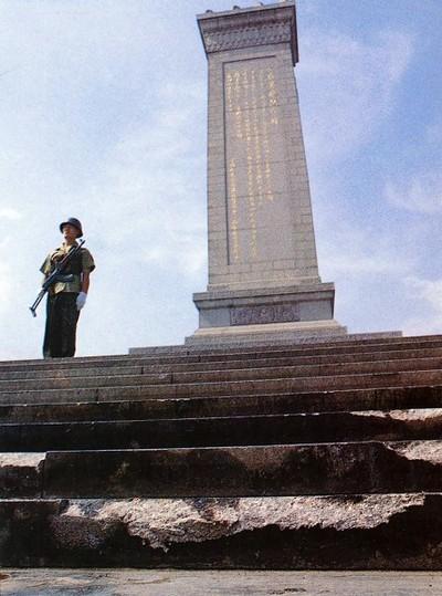 Следы от танков на ступенях обелиска. Фото с epochtimes.com