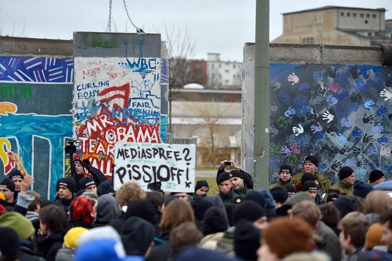 Немецкие активисты протестуют против сноса остатков Берлинской стены. Фото: ODD ANDERSEN/AFP/Getty Images