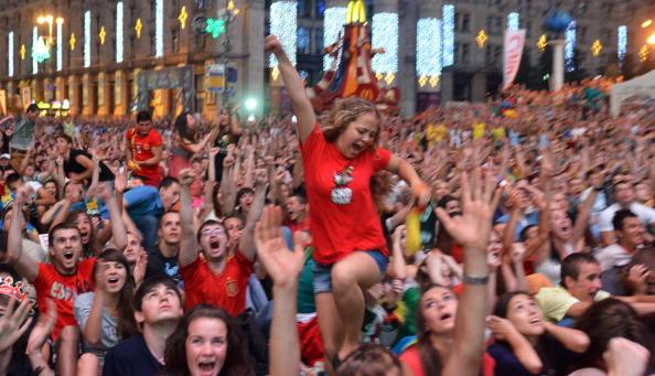 Фанати збірної Іспанії радіють виграшу своєї збірної трофея Євро-2012в фан-зоні в Києві, 1липня 2012року. Фото: GENYA SAVILOV/AFP/Getty Images