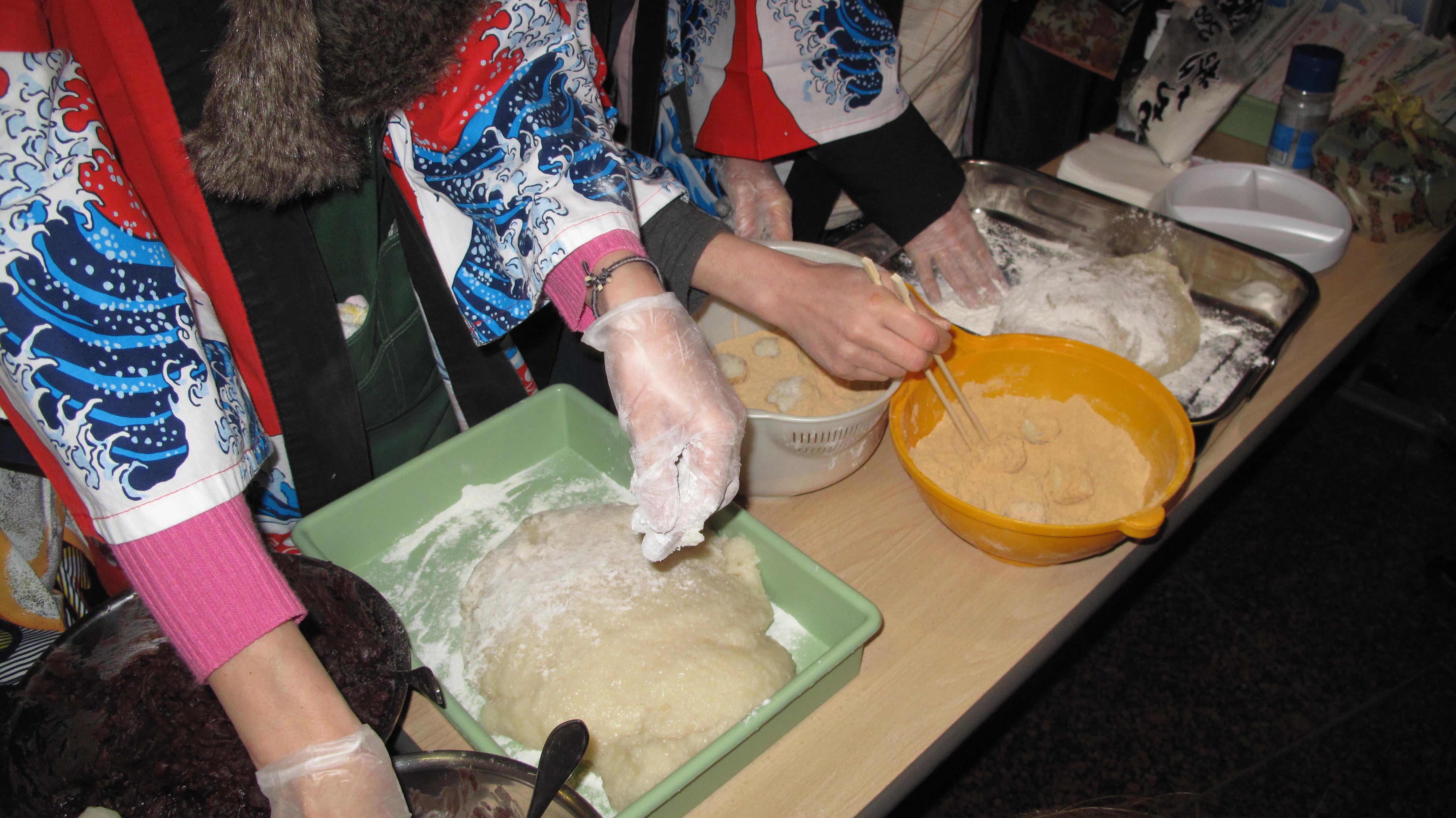 Свято у приготуванні новорічного японського десерту — рисових кульок мотіцкі або моті. Фото: Оксана Позднякова/The Epoch Times Україна