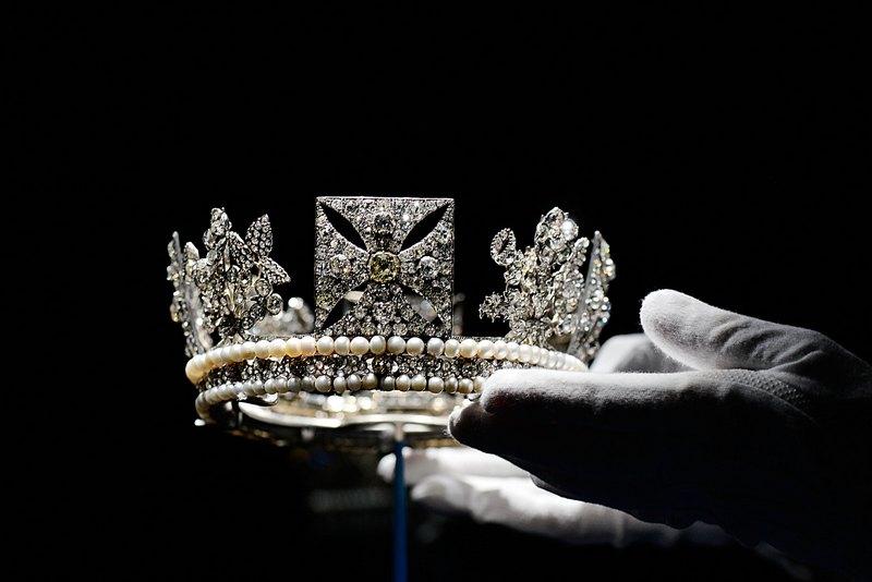 Лондон, Англія, 28 червня. У Букінгемському палаці відкрилася виставка алмазних прикрас, організована на честь 60-річного ювілею правління королеви Єлизавети II. Фото: Bethany Clarke/Getty Images