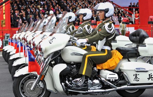 Военный парад в честь празднования 100-летия Синьхайской революции в Тайбэе. Фото: AFP/Getty Images