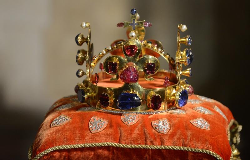 Прага, Чехия, 9 мая. Корона князя святого Вацлава, правившего страной с 924 по 936 годы, представлена на выставке «Чешские драгоценности». Фото: MICHAL CIZEK/AFP/Getty Images