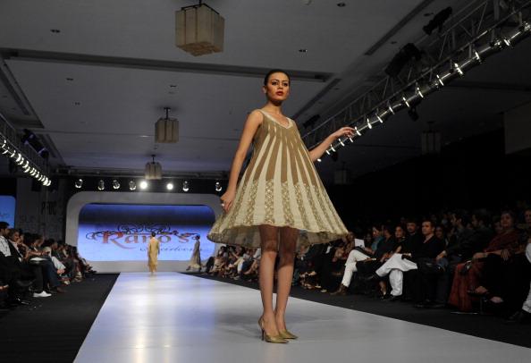 Презентация коллекций от Rano's и Teejays весна/лето 2011 в Карачи, Пакистан. Фото ASIF HASSAN/AFP/Getty Images