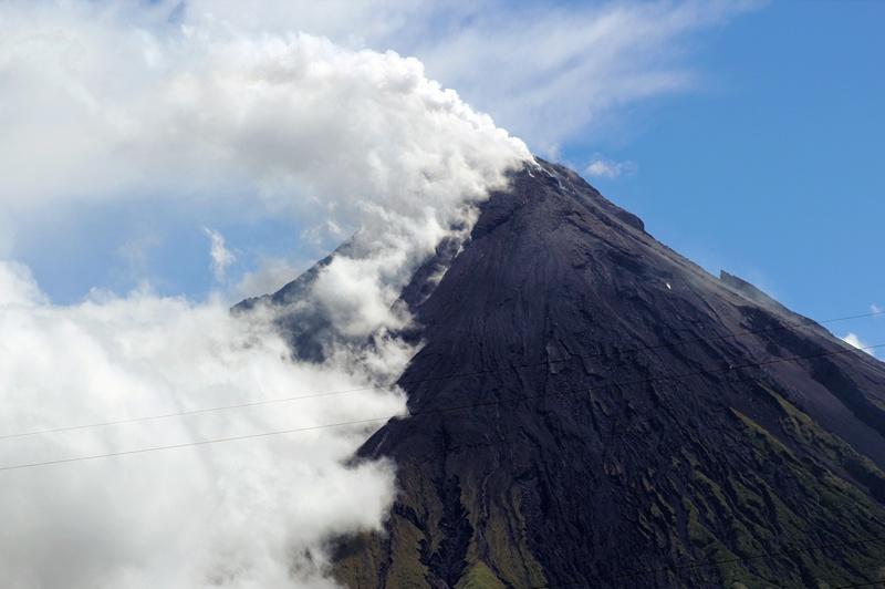 Остров Лусон, Филиппины, 7 мая. Извержение вулкана Майон, выбросившего огромное облако пепла на высоту 500 метров, приостановило поиск группы туристов, попавших в западню во время восхождения к вершине вулкана. Фото: Charism SAYAT/AFP/Getty Images