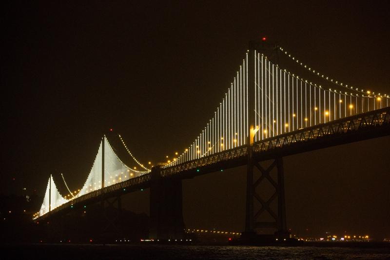 Сан-Франциско, США, 5 марта. Художник Лео Виллареал расцветил огнями мост, соединяющий город с Оклендом. На создание композиции понадобилось 25 тыс. ламп. Фото: Stephen Lam/Getty Images