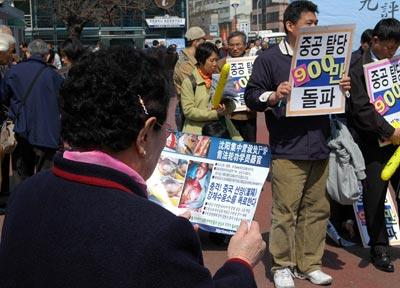 Люди узнают правду о Суцзятунь. Фото: Цзинь Гохуань The Epoch Times
