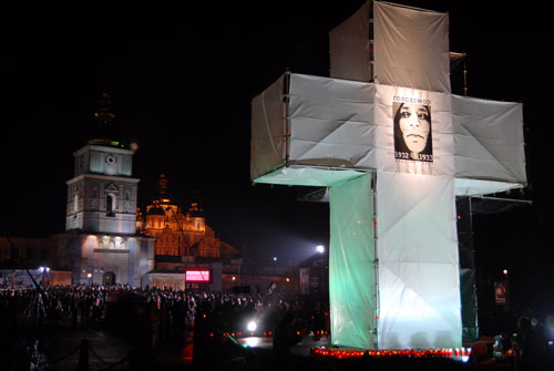 Большой крест с надписью Голодомор 1932-1933 установили на Михайловской площади. Фото: Владимир Бородин/ Великая Эпоха