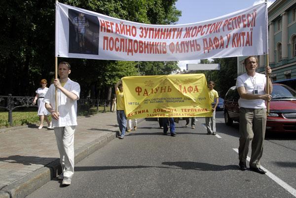 Розділ параду присвячений переслідуванням послідовників Фалуньгун компартією Китаю. Фото: The Epoch Times