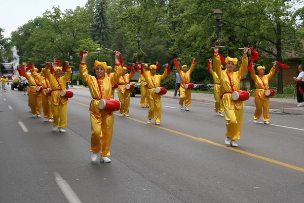Творческий коллектив «Лотос» и Небесный оркестр участвуют в мероприятиях, посвящённых Дню независимости Филиппин напротив здания муниципального совета г.Торонто. Фото: Дань Я/The Epoch Times