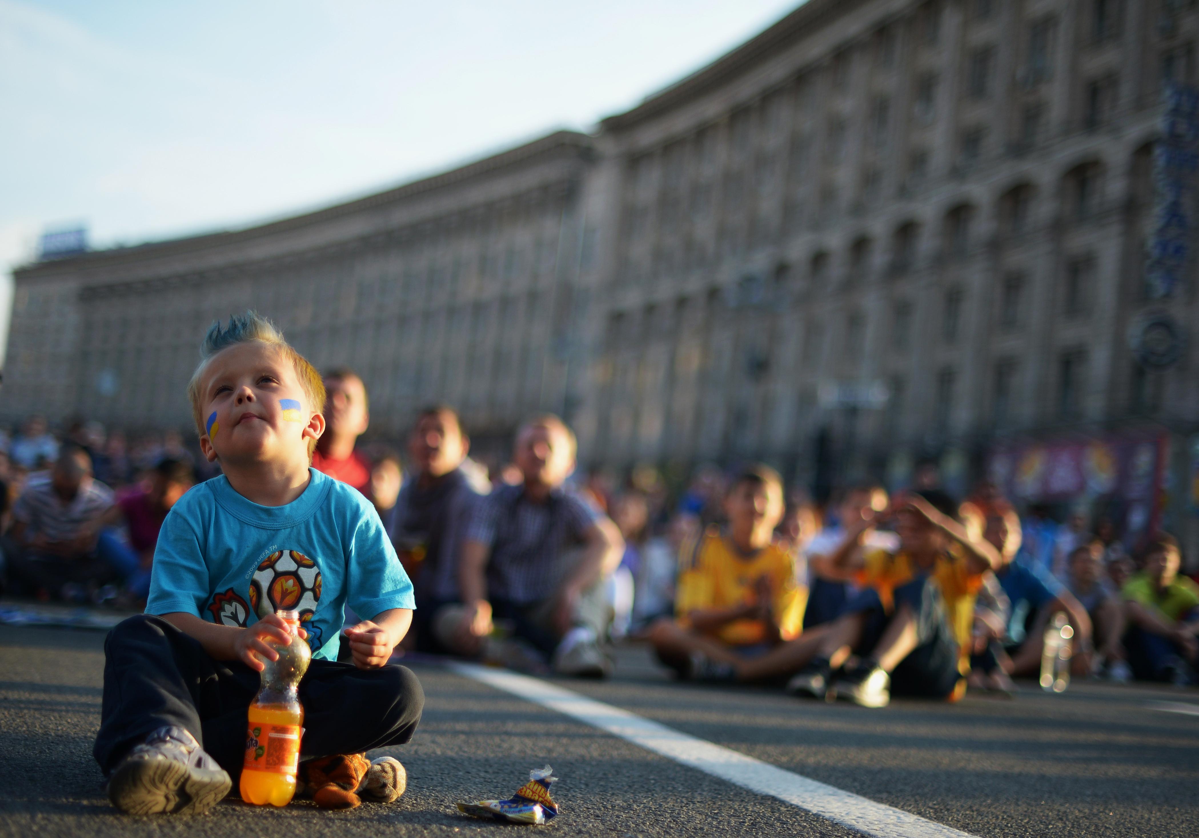 Украинский ребенок смотрит матч Польши против Греции на гигантском экране в фан-зоне в центре Киева 8 июня 2012 года. Фото: JONATHAN NACKSTRAND/AFP/GettyImages
