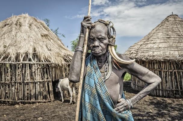 Старая женщина народа мурси. Эфиопия. Фото: Jorge Fernandez/travel.nationalgeographic.com