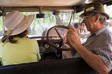 Водитель одновременно выступал в роли экскурсовода, периодически притормаживая около интересных объектов и рассказывая их историю. Фото: Сергей Ханцис
