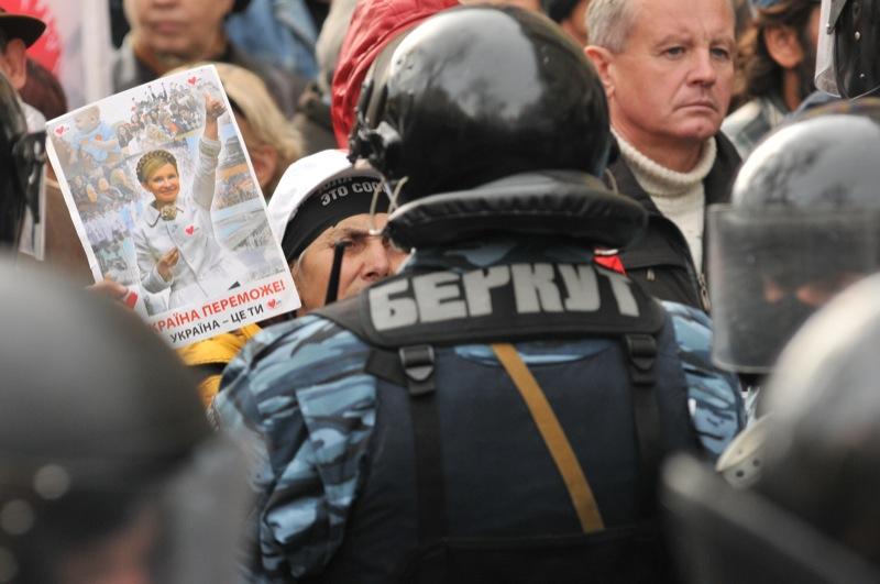 Сторонники Тимошенко вышли спротестом к зданию Печерского суда в день оглашения приговора Юлии Тимошенко. Фото: Владимир Бородин/The Epoch Times Украина
