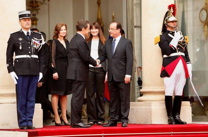 Париж, Франція, 15травня. Колишній президент Франції Ніколя Саркозі вітає нинішнього голову країни Франсуа Олланда перед входом в Єлисейський палац. Фото: Patrick Aventurier/Getty Images