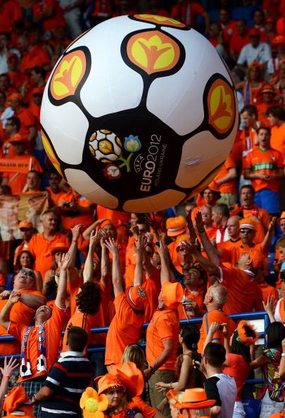 Голландські фани бавляться великим надувним м'ячем Євро-2012 на матчі між Нідерландами і Данією 9 червня 2012 року в Харкові, Україна. Фото: Lars Baron/Getty Images