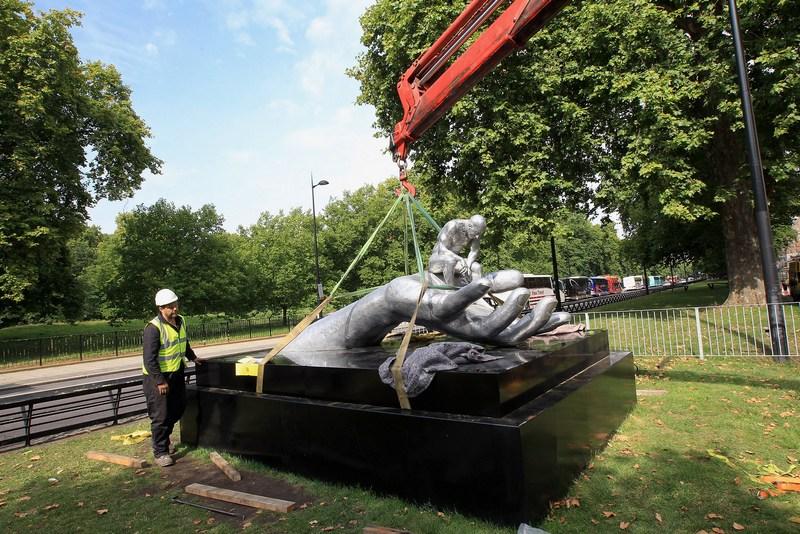 Скульптура «Рука Бога» Лоренцо Куинна устанавливается на Парк-Лейн в Лондоне. Фото: Chris Jackson/Getty Images for Halcyon Gallery