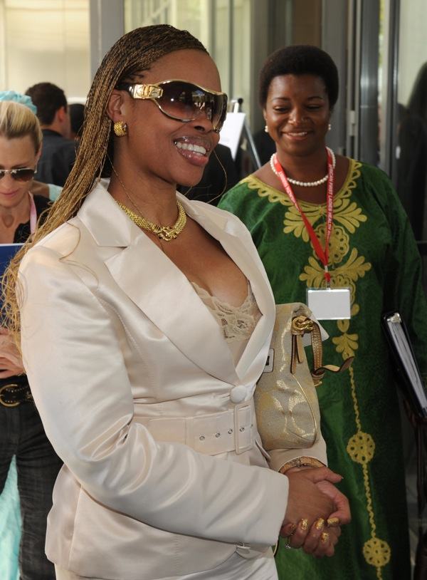 Первые леди Африки Adelcia Барр Adelcia Баррету Пиреша из Кабо-Верде, Hadija Laraba Танджи из Нигера, Шанталь Бийя Камерун, Ана Паула Душ Сантуш, Ангола и королева Inkhosikati LaMbikiza Свазиленд. Фото: MARK RALSTON / AFP / Getty Images