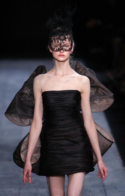 Новая коллекция сезона осень-зима 2009/2010 для дома Valentino/PATRICK KOVARIK/AFP/Getty Images