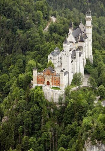 Тысячи людей приезжают в баварские Альпы, чтобы увидеть замок-мечту Нойшванштайн - одно из самых необычных сооружений, когда-либо созданных человеком, где жил «сказочный король». Фото: JOERG KOCH/AFP/Getty Images
