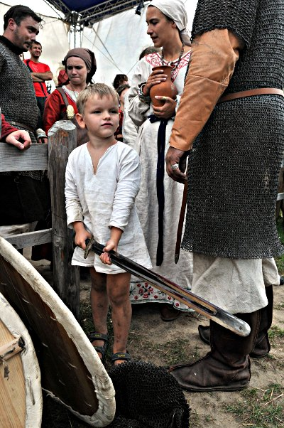 Мальчик с богатырским мечом на фестивале «Былины древнего Киева» в парке Киевская Русь 28 августа 2010 года. Фото: Владимир Бородин/The Epoch Times