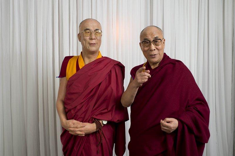 Сидней, Австралия, 14 июня. Далай-лама позирует в музее мадам Тюссо возле восковой фигуры самого себя. Фото: Getty Images