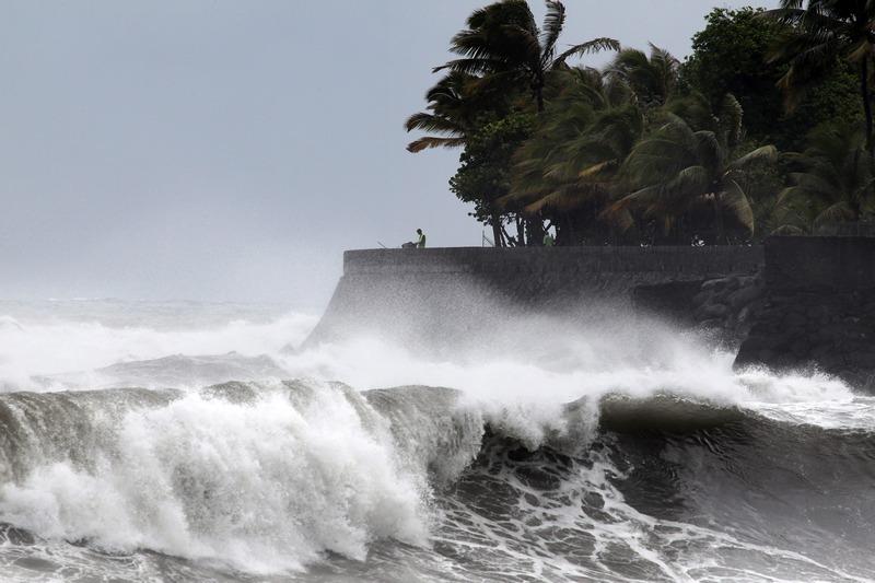 Сен-Дени, остров Реюньон, 2 января. Тропический циклон «Дамил» добрался до берегов заморского департамента Франции в Индийском океане. Фото: RICHARD BOUHET/AFP/Getty Images