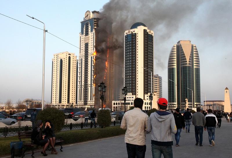 Грозний, Росія, 3 квітня. У столиці Чеченської Республіки загорівся один із групи хмарочосів, яку влада Чечні підносить як символ сучасного міста. Фото: ELENA FITKULINA/AFP/Getty Images