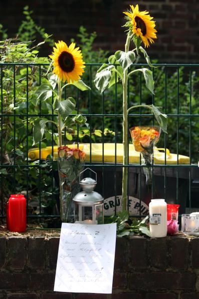 Дуйсбург, Німеччина. В пам'ять про загиблих на фестивалі Love Parade жителі міста поклали квіти. Фото: Christoph Reichwein/Getty Images
