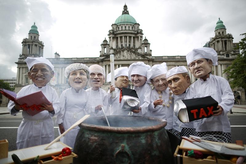 Белфаст, Північна Ірландія, 16 червня. Протестувальники проти проведення саміту G8 виставили біля будівлі міської ради ляльки лідерів. Що на цей раз «зварить» саміт G8? Фото: Peter Macdiarmid/Getty Images
