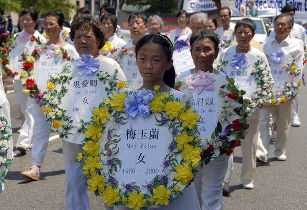 Колонна с венками погибших от репрессий в Китае последователей Фалуньгун. 18 июля. Вашингтон. Фото: Дай Бин